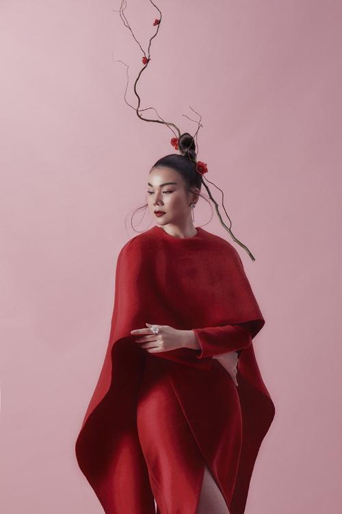 Những chất liệu lụa Bảo Lộc, chiffon hay gấm, tweed được nhà mốt tuyển chọn để tạo ra những bộ trang phục thanh lịch, nữ tính và thời trang phù hợp với khí trời mùa đông miền Bắc.