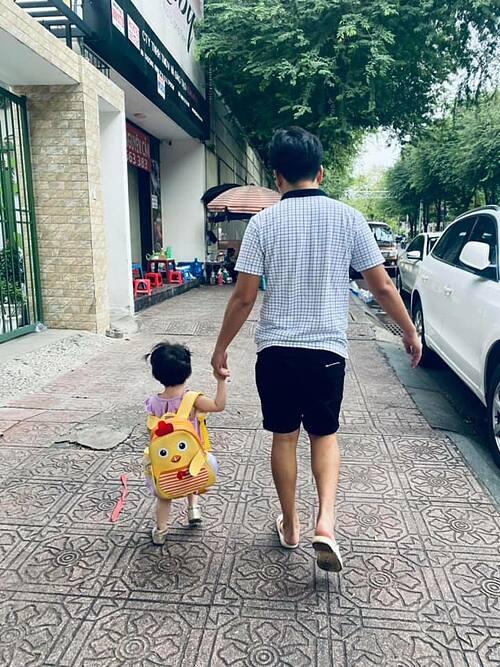 Trường Giang dắt tay con gái.