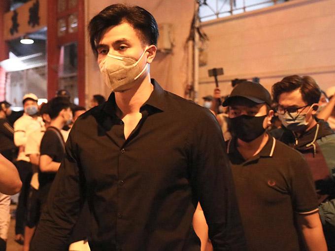 Siêu mẫu Vĩnh Thuỵ đến Nhà tang lễ bệnh viện Nguyễn Tri Phương viếng Chí Tài tối 9/12. Anh từng đóng phim Thần tượng cùng cố nghệ sĩ.