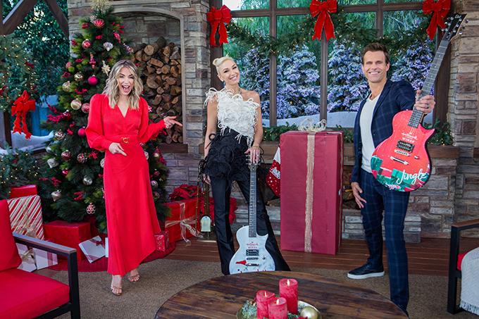 Gwen Stefani (đứng giữa) trong buổi giới thiệu ca khúc mới trên kênh truyền hình Hallmark's Channel.