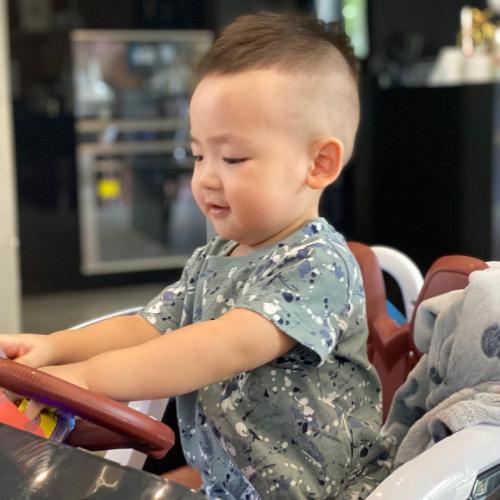 Từ hồi nhỏ xíu, tất cả kiểu tóc của bé Kem đều do mẹ Tú Anh thực hiện. Tú Anh ưa chuộng kiểu tóc nồi úp cho con trai nhưng thi thoảng cắt ngắn hẳn để bé mát khi tiết trời oi bức.