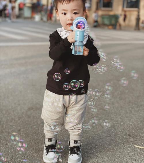 Một lần em được cho đi chơi trên phố đi bộ Hồ Gươm. Kem có gu ăn mặc như fashionista nhí vì được mẹ chăm chút.