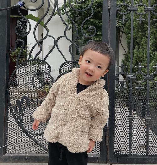 Tú Anh chia sẻ cô cho bé sang thăm nhà ông bà ngoại nhưng trước khi ra khỏi nhà, em bé lại tạo dáng ở nhà bác hàng xóm.