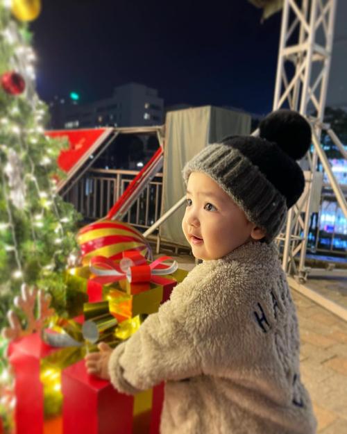 Cậu bé được mẹ cho đi chơi dịp cận kề Giáng sinh. Bé thích cây thông Noel vì có đèn sáng lấp lánh, các quả châu phát sáng.