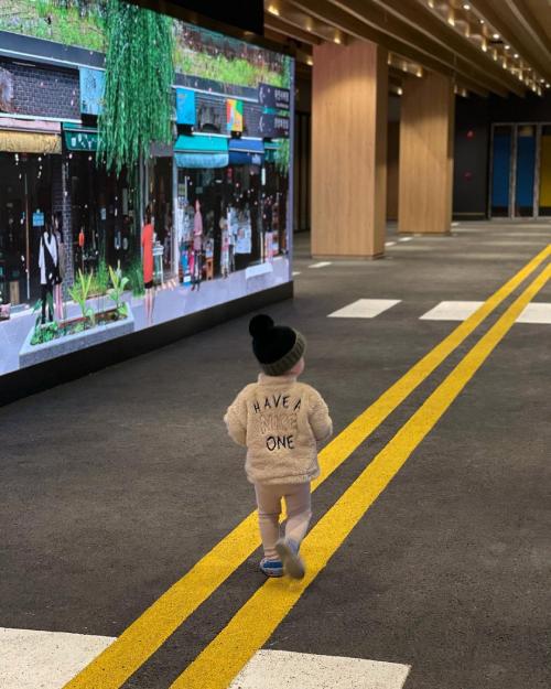 Gần 2 tuổi, bé Kem đã biết đi vững mà không cần bố mẹ dắt đi.