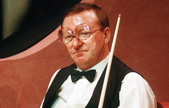 Dennis Taylor và cặp kính chuyên dụng khi chơi bi-a.