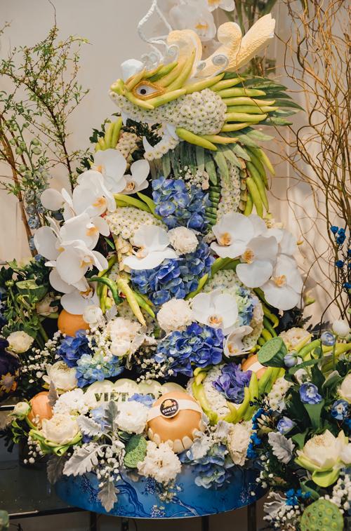 Theo anh Hoàng Khánh - một người có gần 20 năm kinh nghiệm trong lĩnh vực cung cấp dịch vụ hoa cưới, tráp cưới, nếu như trước đây cô dâu chú rể chuộng các tráp lễ có tông màu kinh điển như đỏ, vàng thì giờ sự lựa chọn đa dạng, phong phú hơn. Bộ tráp tông xanh dương này đang được nhiều người yêu thích bởi sắc màu tươi sáng gợi sự trẻ trung, độc đáo.