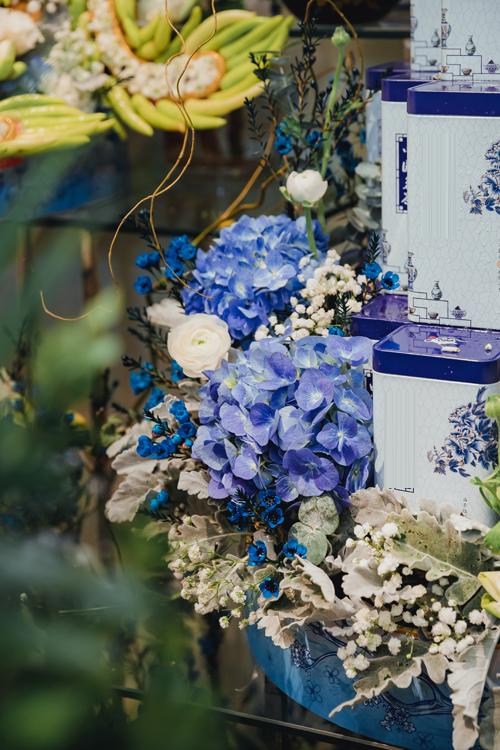 Bên cạnh loại hoa chủ đạo là sen quan âm trắng, nghệ nhân còn sử dụng thêm nhiều hoa nhập khẩu để tăng tính thẩm mỹ.