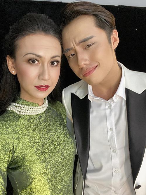 Lynk Lee hé lộ hình ảnh khi hóa thân thành ca sĩ Khánh Ly trong chương trình Gương mặt thân quen.