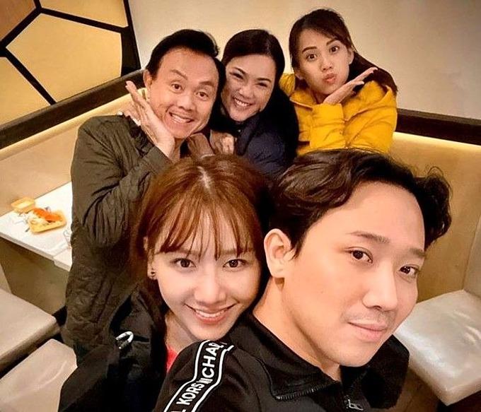 Vợ chồng Trấn Thành - Hari Won chụp ảnh cùng Chí Tài.