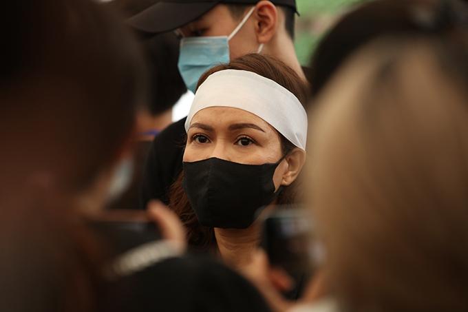 Việt Hương trong vòng vây báo chí tại lễ viếng của nghệ sĩ Chí Tài sáng 12/12.