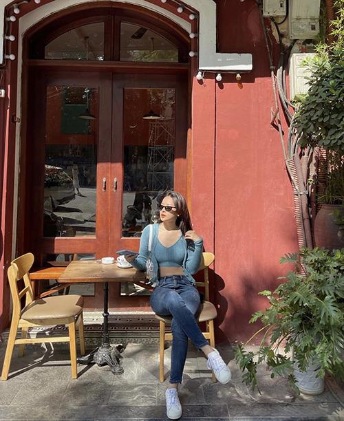 Khi đi cafe vào ngày hửng nắng đầu đông, Chi Pu vẫn tận dụng áo hở eo để khai thác vẻ đẹp sexy. Giọng ca Cung đàn vỡ đôi chọn thêm áo khoác dệt kim dáng lửng để hoàn thiện set đồ.