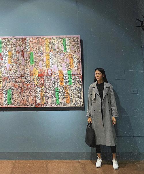 Tham dự triển lãm tại Hà Nội vào mùa lạnh, Tăng Thanh Hà chọn áo măng tô mỏng để mix đồ theo phong cách tối giản.