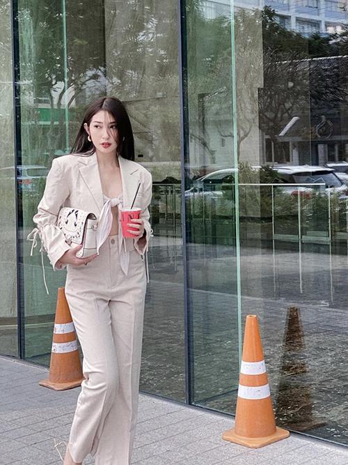 Khổng Tú Quỳnh vẫn mê mẩn những bộ suit màu trung tính mang lại nét hiện đại khi dạo phố. Ca sĩ sử dụng áo quây kiểu thắt nơ để mang tới điểm nhấn độc đáo cho phong cách cá nhân.