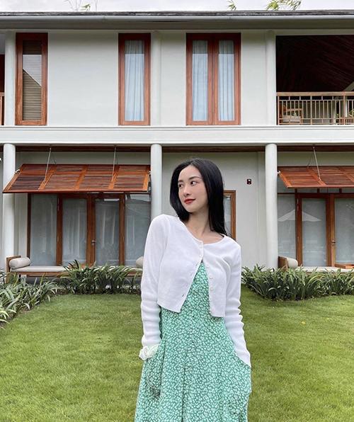 Áo dệt kim dáng lửng lại được Jun Vũ sử dụng cùng váy hoa nhí để tôn nét điệu đà, thiểu thư khi đi nghỉ dưỡng.