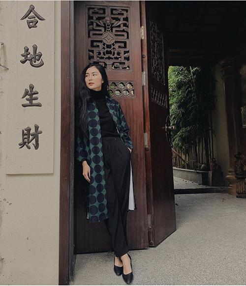 Nhờ khéo léo sử dụng áo cổ lọ có khả năng giữ nhiệt cao nên Helly Tống chỉ cần mix thêm áo sơ mi dáng dài để thoả sức dạo phố cổ vào những ngày đông.