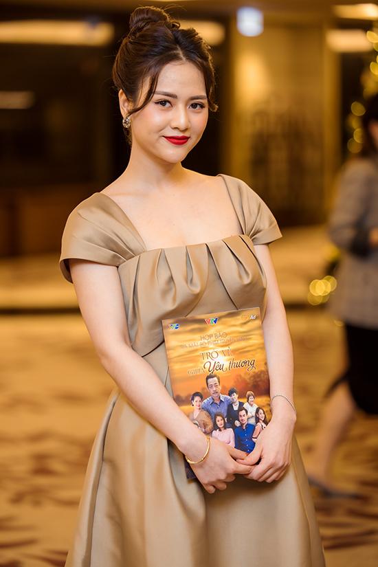 Trước đó, Việt Hoa được biết đến với các phim Cô gái nhà người ta và Những ngày không quên. Cô tự nhận mình là người ít nói ở ngoài đời nhưng thường được mời vào các vai đanh đá.