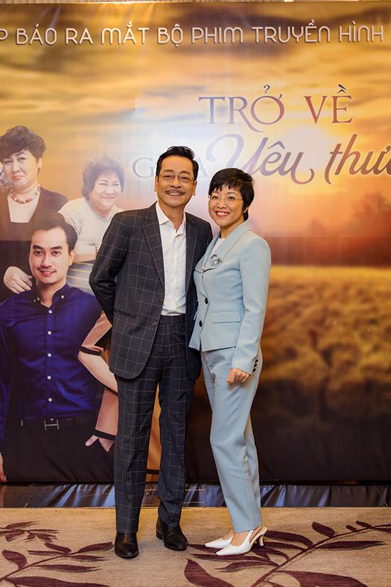 Nghệ sĩ tranh thủ chụp ảnh kỷ niệm với MC Thảo Vân trước khi chương trình diễn ra.