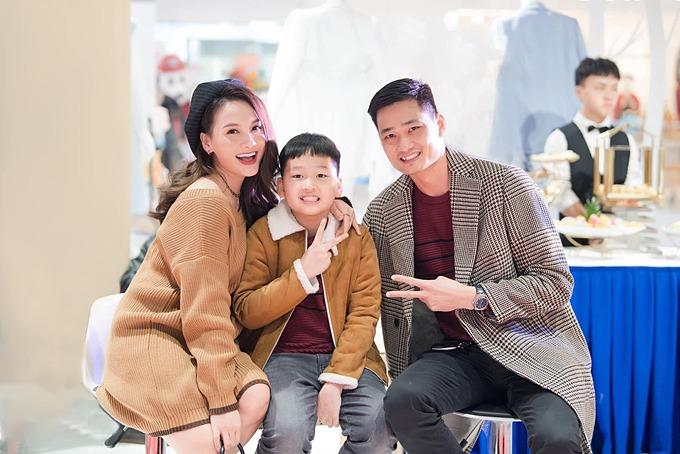 Bảo Thanh được chồng và con trai hộ tống đi dự sự kiện.