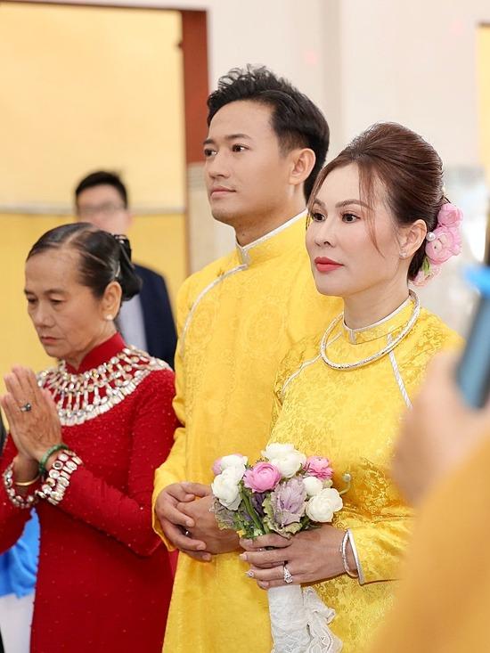 Cặp vợ chồng từng diện áo dài đôi màu vàng, làm lễ hằng thuận ở chùa Chơn Giác, TP HCM hôm 10/12.