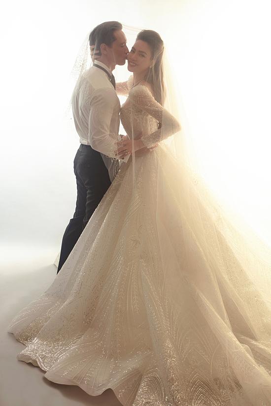 Hồ Ngọc Hà toát lên sự rạng rỡ, hạnh phúc bởi Kim Lý. Nữ ca sĩ cho hay đó là nhờ Kim Lý - người đàn ông mà cô tìm kiếm - đã xuất hiện và đến bên cô. Sau ba năm gắn bó, tình yêu của cả hai đi đến cái kết ngọt ngào khi họ đã đăng ký kết hôn, đón hai thiên thần nhỏ Lisa và Leon trong năm 2020.