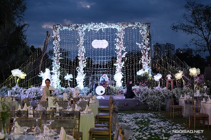 Sân khấu đã được trang trí hoàn tất, mang tông trắng và có ban nhạc chơi khuấy động không khí tiệc tối.