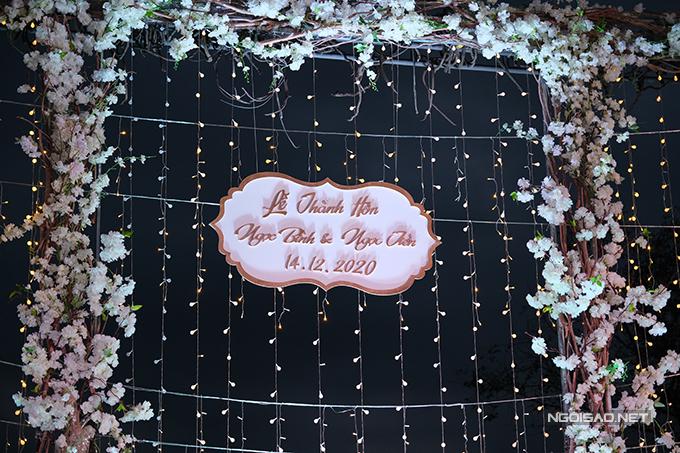 Bảng tên của cô dâu, chú rể tại sân khấu. Quý Bình để tên thật là Ngọc Bình ở bảng tên.