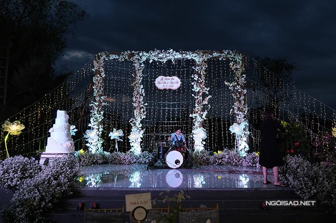 Không gian tiệc cưới đơn giản với bánh cưới trắng 4 tầng.