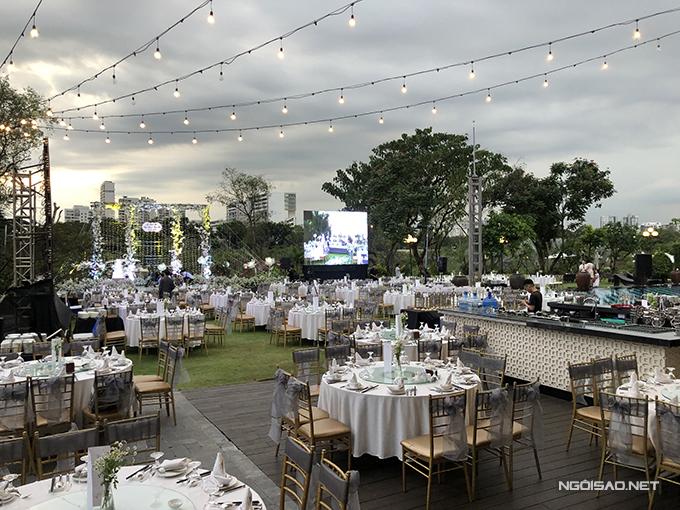 Uyên ương chọn ghế Chiavari cho buổi tiệc và bàn tròn cho không gian cưới ngoài trời.