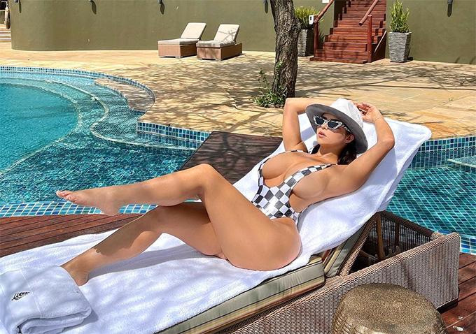 Bản sao Kylie Jenner phô trọn ngực khi tắm nắng