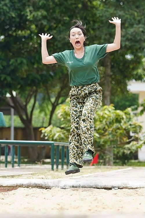 Biểu cảm gây cười của Diệu Nhi khi thực hiện nhảy xa trong thử thách của Sao nhập ngũ 2020.
