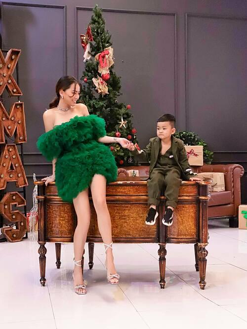 Ca sĩ Hải Băng pose ảnh Giáng sinh bên con trai.