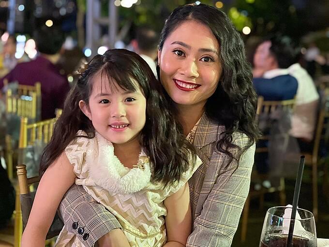 Thanh Hiền và con gái Grammy đi đám cưới diễn viên Quý Bình.
