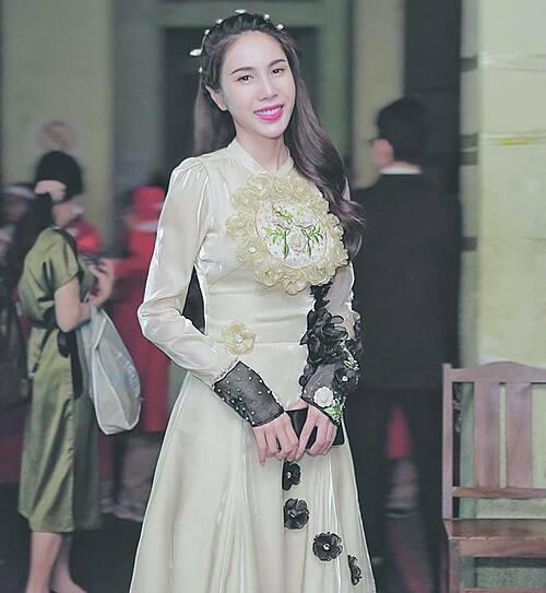 Ca sĩ Thủy Tiên mặc kín bưng khi đi dự sự kiện.