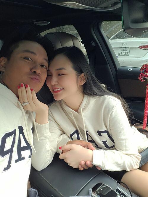 Vợ chồng Tuấn Hưng mặc đồ đôi, cùng đưa con đi học rồi cùng nhau uống cà phê, dạo phố.