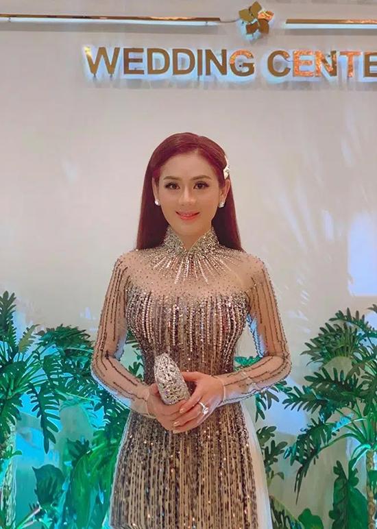 Kể cả lúc mặc áo dài, nữ ca sĩ vẫn khiến khán giả tưởng nhầm là cô dâu.