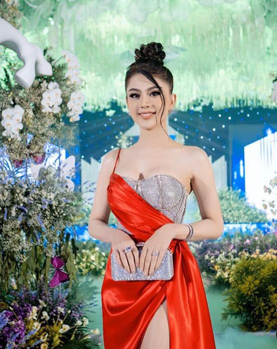 Cả trang phục lẫn phụ kiện của cô đều lộng lẫy như đi dự lễ trao giải.