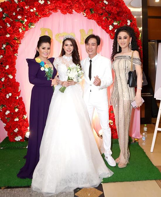 Dù tới đám cưới của ai, Lâm Khánh Chi cũng không ngại chặt chém nhiệt tình.