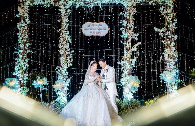 Vợ chồng Quý Bình làm lễ trên sân khấu.