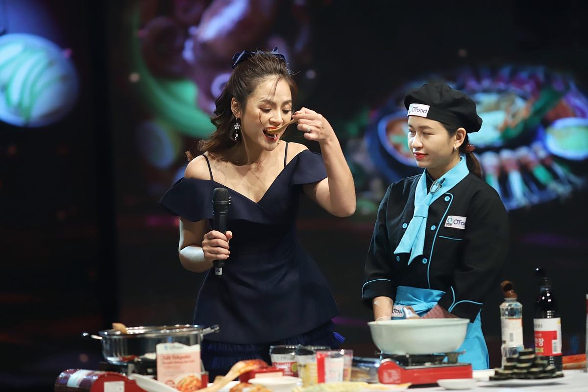 Thu Quỳnh quyết định gia giảm gia vị cho phù hợp. Riêng Nguyên Khang quyết định xin thêm một chén ớt bột, cho hết vào đĩa thức ăn nhằm làm khó khách mời.