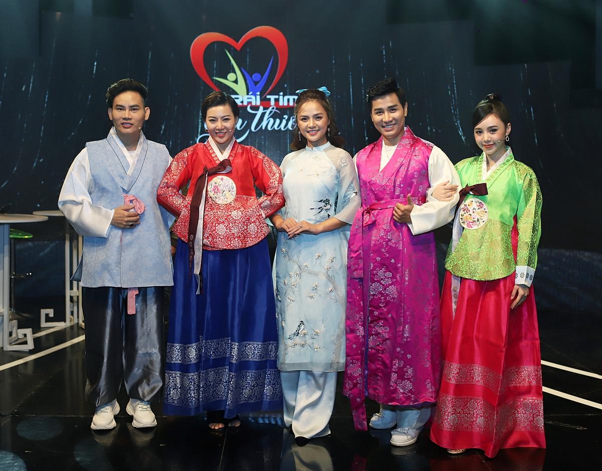 Các nghệ sĩ thích thú được diện trang phục truyền thống Hanbook ngay trên sân khấu. Còn My sói duyên dáng trong tà áo dài, thể hiện tình hữu nghị giữa Việt Nam - Hàn Quốc.
