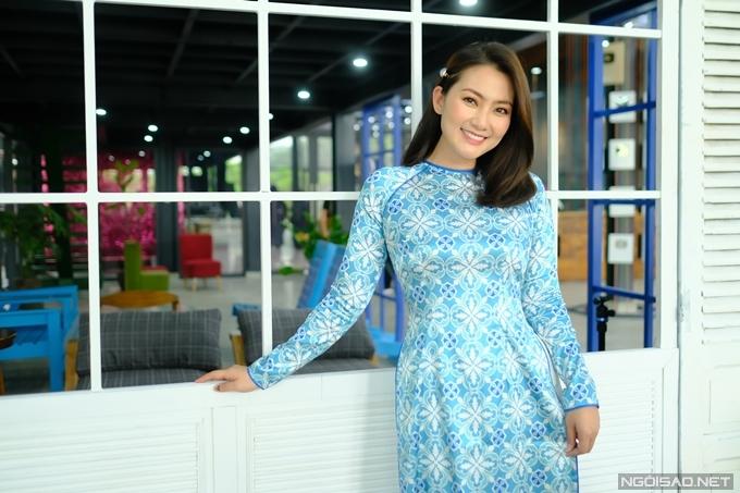 Trong vai trò MC, Ngọc Lan chọn một bộ áo dài thật đẹp để quay show truyền hình.