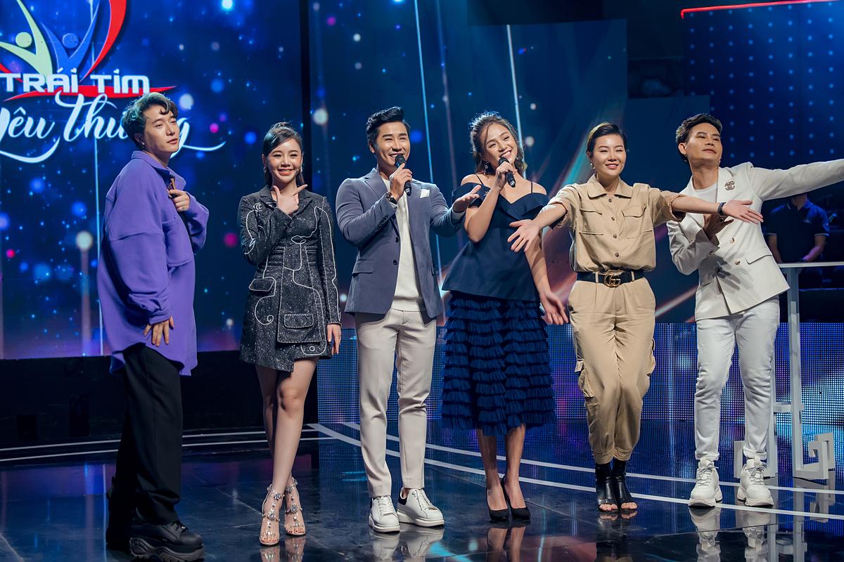 Bộ đôi MC bên cạnh các nghệ sĩ khác: nhạc sĩ Châu Đăng Khoa, diễn viên Quỳnh Kool (từ trái qua), MC Hồng Phúc, diễn viên Thanh Hương (từ phải qua).