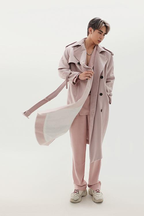 Bên cạnh chất liệu vải dệt thô, có độ giữ ấm cao thì lụa nhân tạo, ka ki mỏng vẫn được nhiều nhà mốt chọn lựa để mang tới nhiều bộ trang phục phù hợp với phái mạnh khu vực phía Nam.