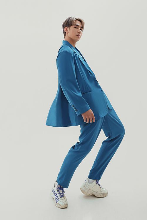 Suit tông xanh bắt mắt với dáng áo blazer phom rộng mang lại sự thoải mái, năng động cho các bạn trẻ.