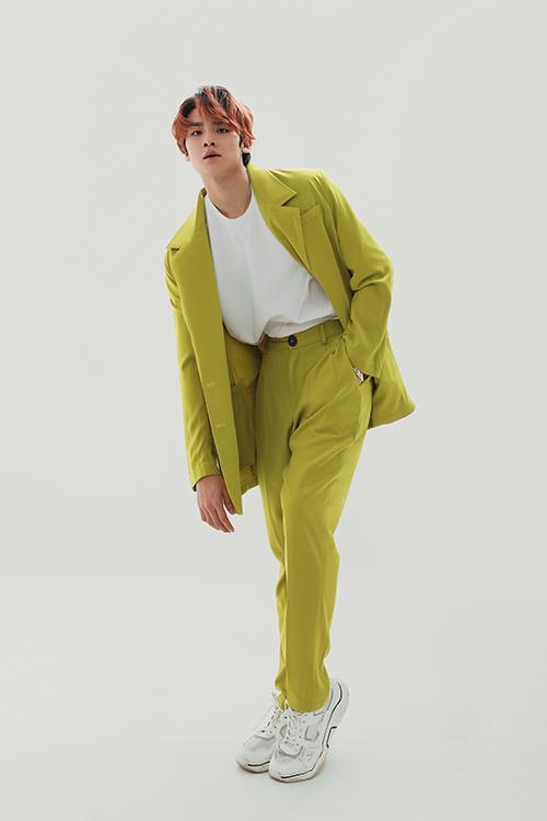 Những chàng trai thích nổi bật khi xuống phố hay tham gia tiệc tùng cuối năm có thể tham khảo các kiểu suit theo style Hàn Quốc tông màu neon, xanh cốm...
