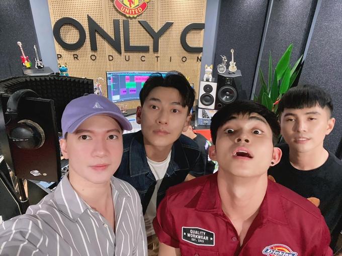S.T, Isaac, Jun Phạm và Will (từ trái qua) tái hợp tại phòng thu của nhạc sĩ OnlyC.
