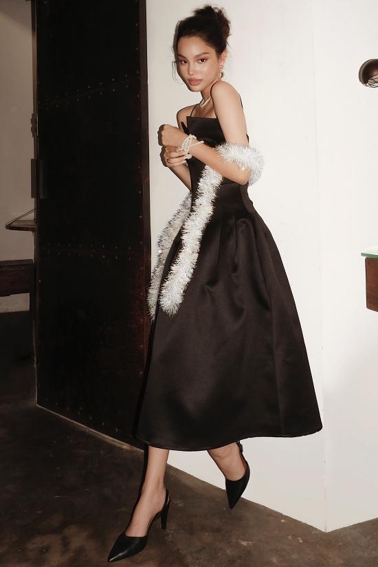 Alex sinh năm 2007, mang hai dòng máu New Zealand - Việt Nam và đã theo đuổi nghề người mẫu được vài năm. Cô bé luôn xuất hiện với thần thái chuyên nghiệp, cuốn hút từ sàn catwalk đến các bộ ảnh thời trang.