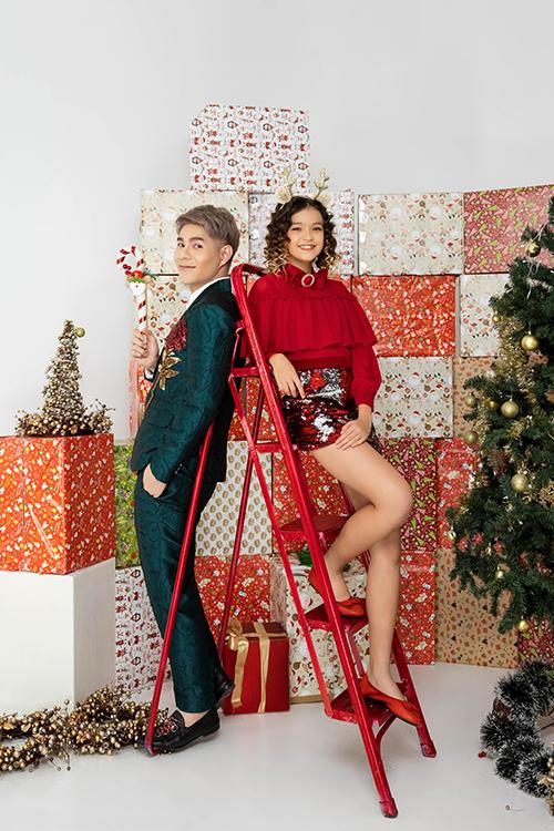 Từng trang phục cho mẫu nhí được tạo điểm nhấn bởi tông đỏ rực rỡ và ánh seuiqns lấp lánh. Tất cả đều mô tả phong cách thời trang đúng tinh thần dạ tiệc Noel và chào đón năm mới.