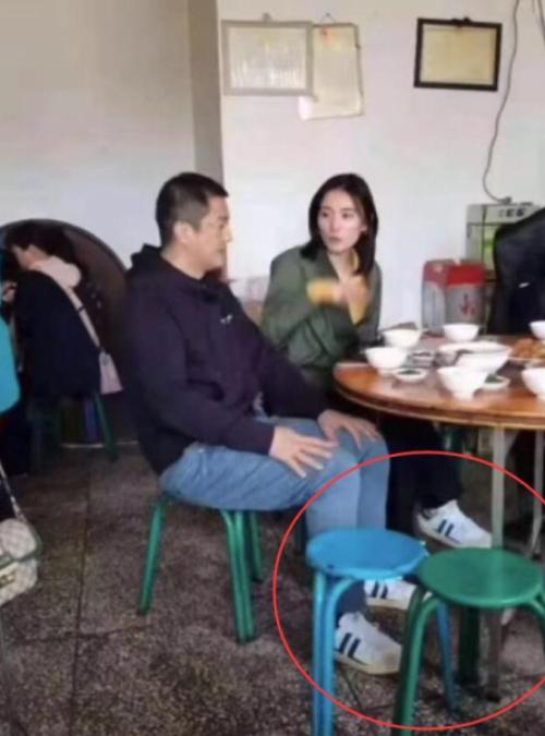 Á Bằng và bạn gái đi giày đôi.